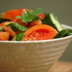 Салат из помидоров и огурцов с мятой