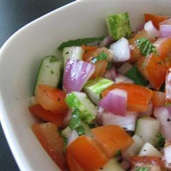 Салат из помидоров, огурцов и красного лука с мятой