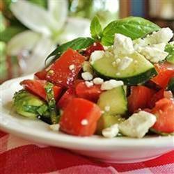 Салат из помидоров и огурцов с фетой и базиликом